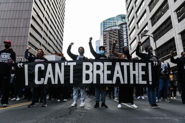 Des manifestants portent une pancarte