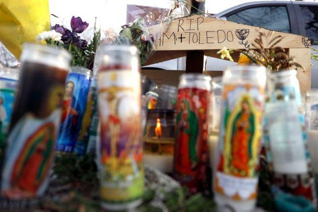 亡くなった13歳のアダム・トレドさんを追悼するために、花やメッセージが捧げられた