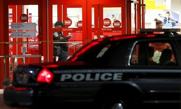 Policía registrando el lugar de los hechos en