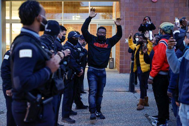 El activista Ja'Mal Green protesta con las manos en alto, un símbolo de las manifestaciones por la muerte...