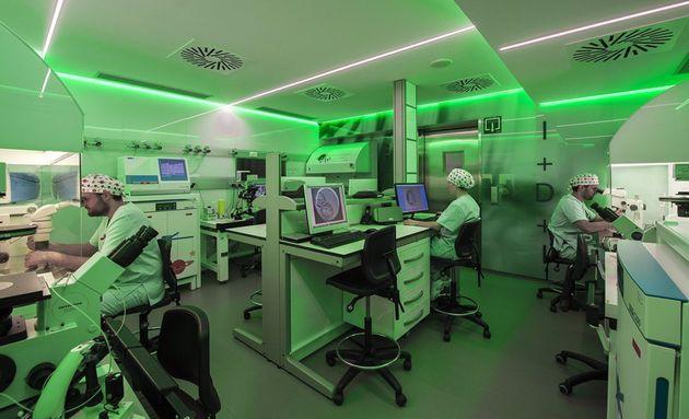 Técnicos del laboratorio del Institut Marquès, en