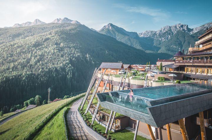 La piscina del hotel Ubertus, con vistas a las montañas.