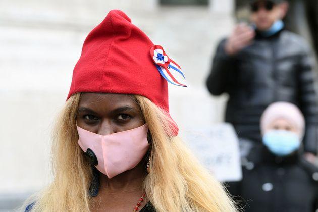 Une manifestante porte un bonnet phrygien lors d'une manifestation contre le projet de loi