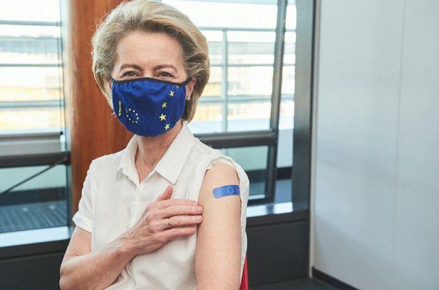 Ursula von Der Leyen, con su tirita comunitaria, tras ponerse la vacuna de