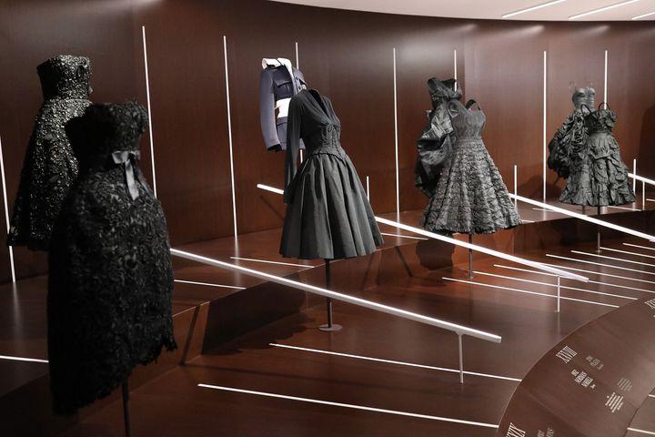 Κοστούμια σε παράταξη από την έκθεση του Ινστιτούτου Κοστουμιών «About Time: Fashion and Duration» στο ΜΕΤ τον Οκτώβριο του 2020.