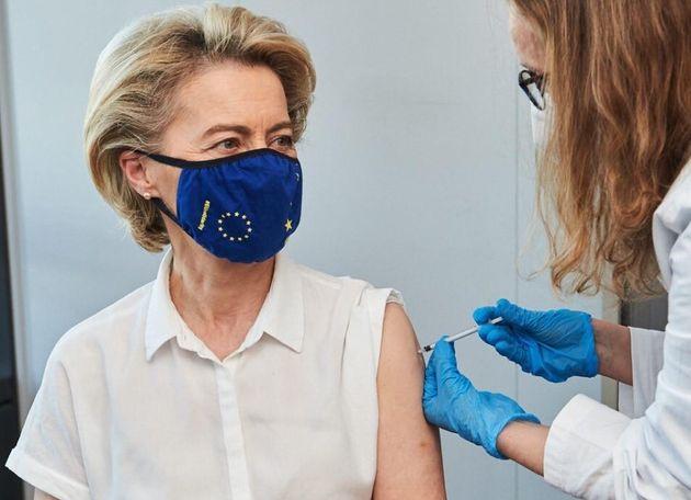 La presidenta de la Comisión Europea, Ursula von der Leyen, recibe la primera dosis de la