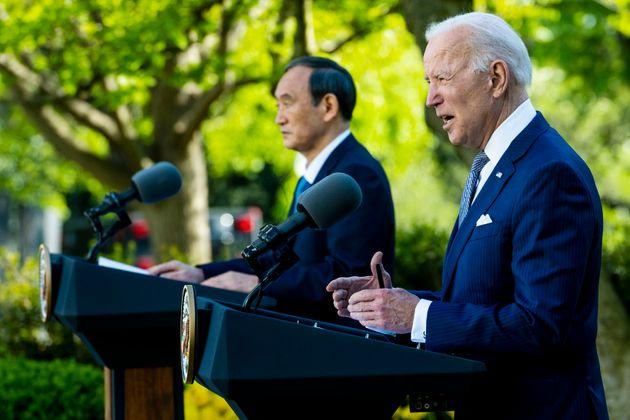 ホワイトハウスで共同記者会見に臨む菅首相とバイデン大統領