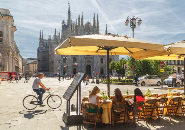 People sitting in a cafe facing the Cathedral (il