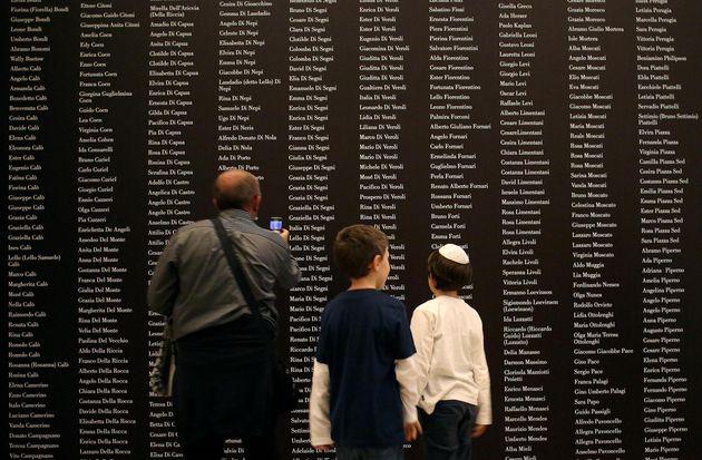 Nomi incisi sulla parete in esposizione alla Mostra