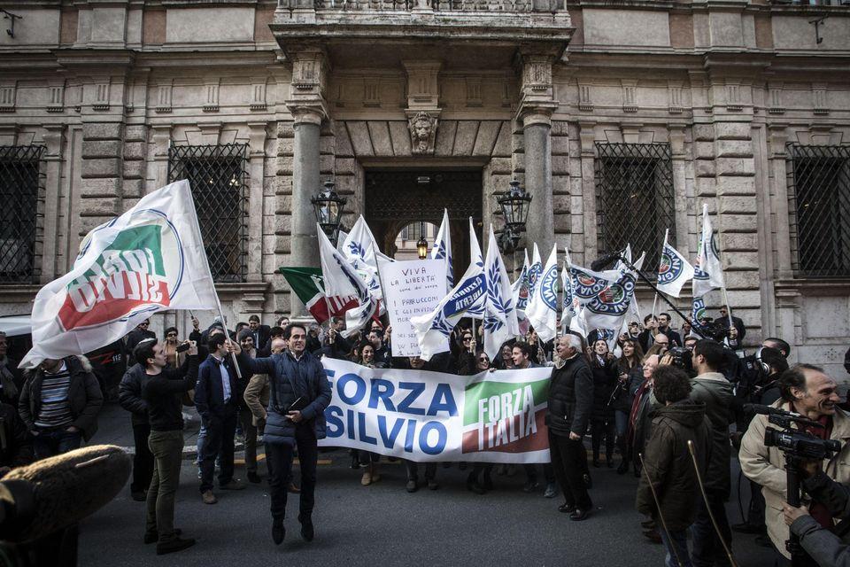 Folla all'esterno di Palazzo Grazioli attende l'arrivo di Silvio Berlusconi, Roma, 11 marzo 2015. ANSA/ANGELO