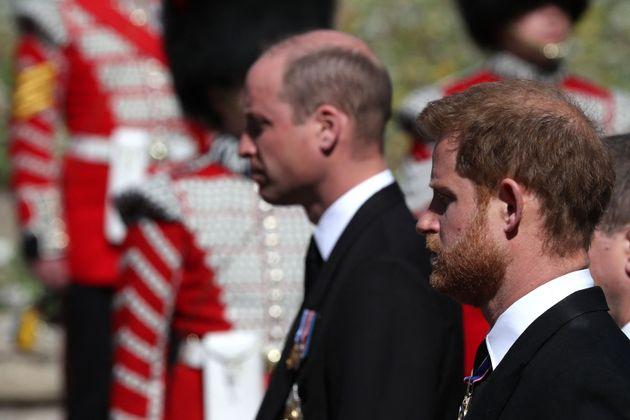 Les princes William et Harry suivant le cercueil de leur grand-père le prince Philip, samedi 17...