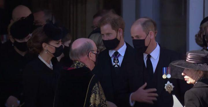 Guillermo, Harry y Kate Middleton, saliendo de la capilla.