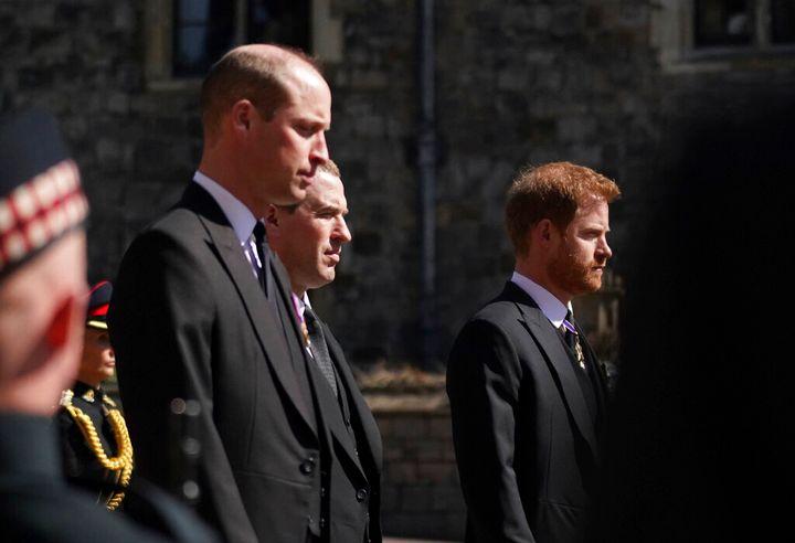 Guillermo y Harry, separados por su primo Peter Philips en el cortejo fúnebre.