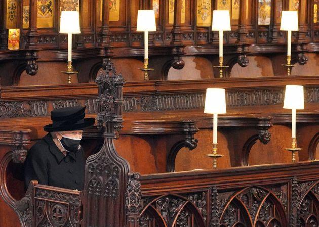 La reine Elizabeth seule face au cercueil de son époux le prince