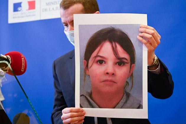 Le procureur Nicolas Heitz tient un portrait de Mia Montemaggi en conférence de presse le 14 avril