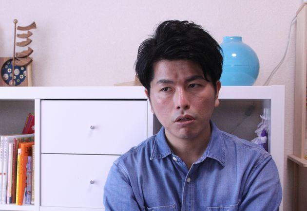 自宅でインタビューに応じる松永拓也さん