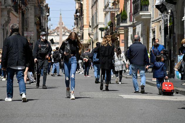 Persone a passeggio e per lo shopping a via del Corso nel centro di Roma in attesa delle riaperture previste...