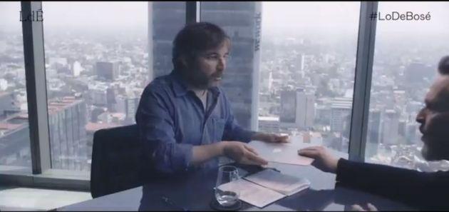 Bosé le tapa el ordenador a