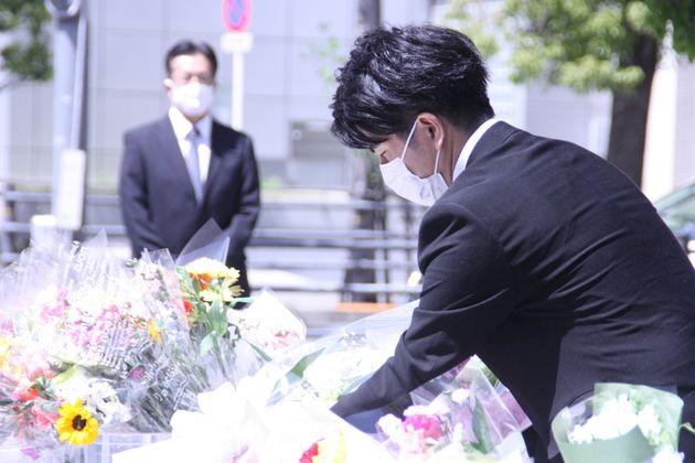 花を手向ける松永拓也さん