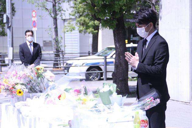 花をたむけ、手を合わせる松永拓也さん