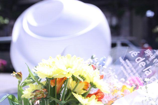 慰霊碑に添えられた献花