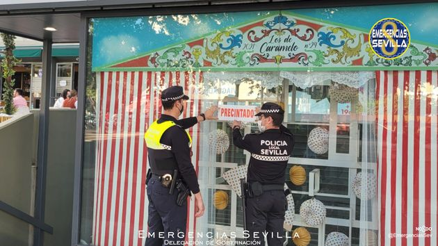 Agentes locales de Sevilla, precintando el