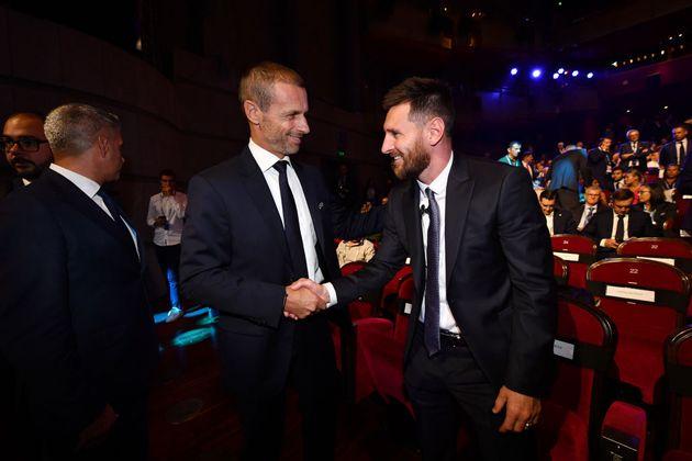 Aleksander Ceferin, presidente de la UEFA, saluda a Leo