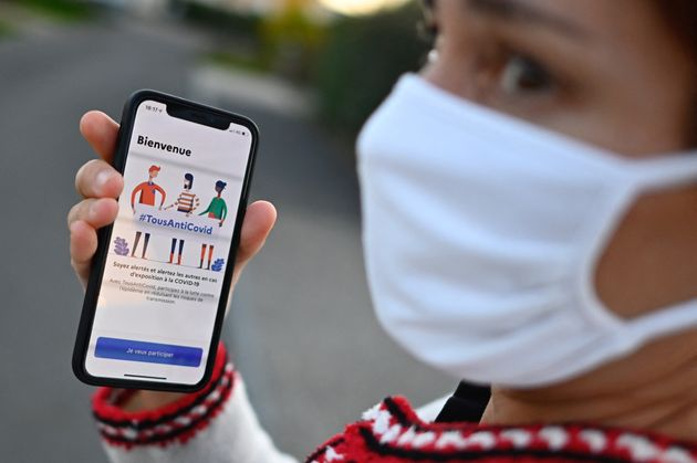 Une femme porte un smartphone et montre l'application