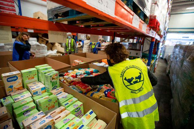 Voluntarios en un banco de alimentos en Palma de