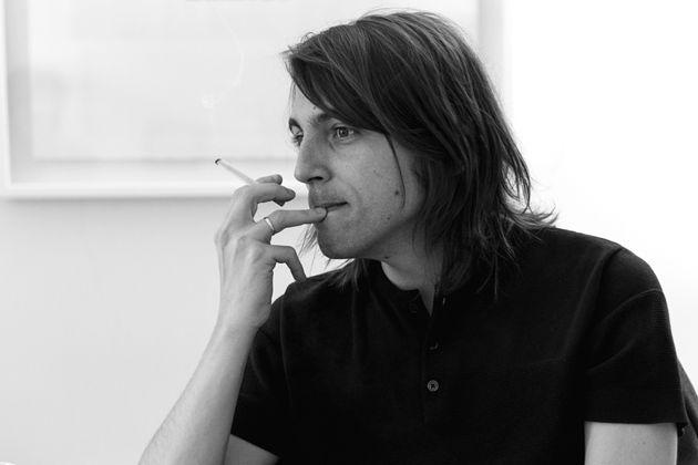 Juan Soto Ivars sostiene un cigarro con la mano