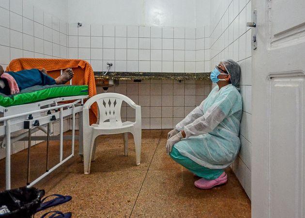 Una sanitaria descansa tras poner oxígeno a un paciente de covid, en la región dePara,...