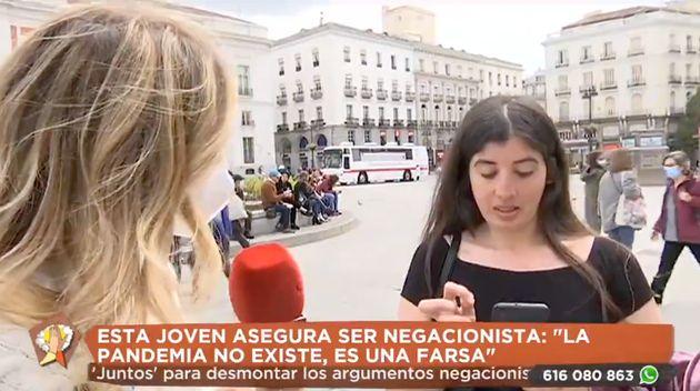 Una periodista de Telemadrid entrevista a una