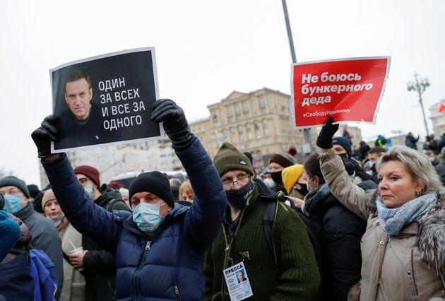 Un homme brandi une pancarte