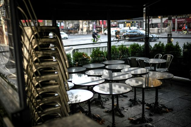 S'ils obtiennent le droit de rouvrir les terrasses mi-mai, les bars et restaurants français ne sont pas pour autant tirés d'affaire, tant la réouverture s'annonce complexe (photo d'illustration prise en novembre 2020 à Paris).