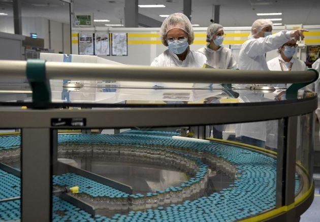 Des employés travaillent sur une ligne de production dans l'usine de la multinationale pharmaceutique...