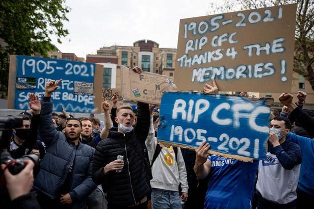 Protestas de aficionados del Chelsea contra la participación de su equipo en la