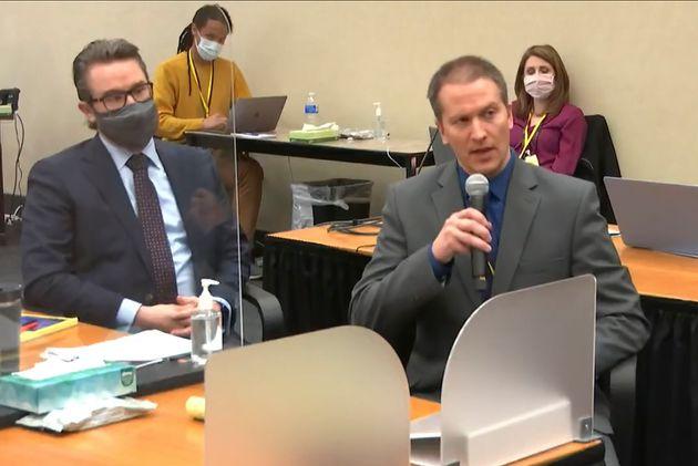 El abogado Eric Nelson, a la izquierda, y el ex policía de Minneapolis Derek