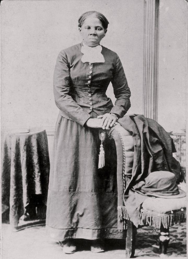 Harriet Tubman en una fotografía que data de 1860-75.  Ella escapó de la esclavitud cuando era una mujer joven y finalmente ayudó a adormecer
