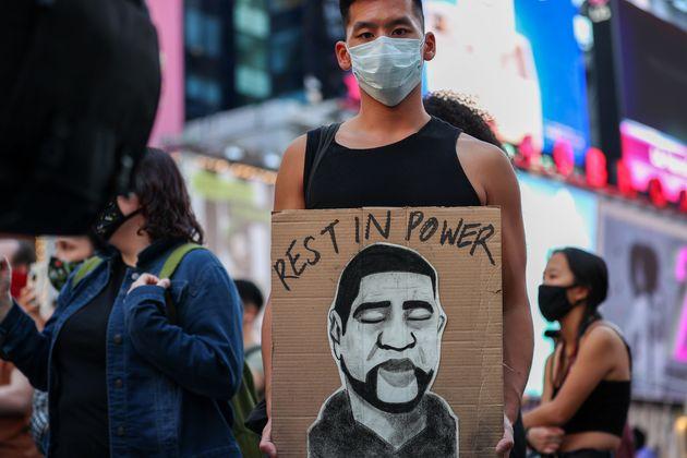 デレク・ショーヴィン被告の有罪評決が言い渡された後、タイムズスクエアに集まったBLM(ブラックライヴズマター)運動の参加者たち