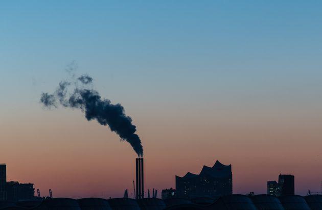 L'UE se fixe pour objectif de réduire de plus de moitié ses émissions carbone d'ici 2030 (Photo prétexte d'une usine à Hamburg en Allemagne).