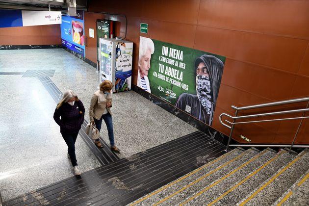 El cartel racista de Vox, en la estación de Puerta del Sol de