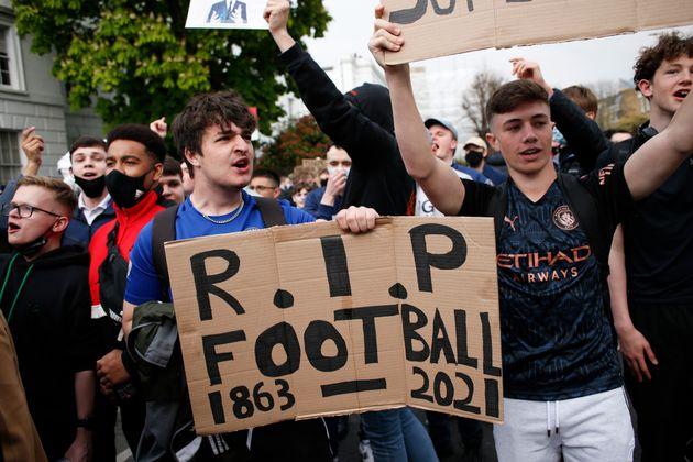 Aficionados del Chelsea se manifiesta contra la Superliga Europea a las afueras del estadio Stamford...
