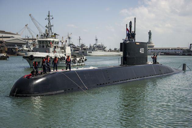 Το 1.395 τόνων KRI Nanggala-403 ενώ φτάνει στο λιμάνι της
