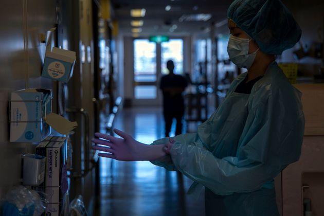 2020年4月14日、武蔵野赤十字病院。中等症のコロナ患者が入院する病棟で配膳の準備をする看護師。感染防止のために病室の内と外の二手に分かれて行う。