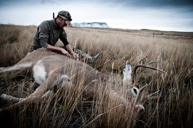 Un chasseur et sa proie récemment abattue. Photo