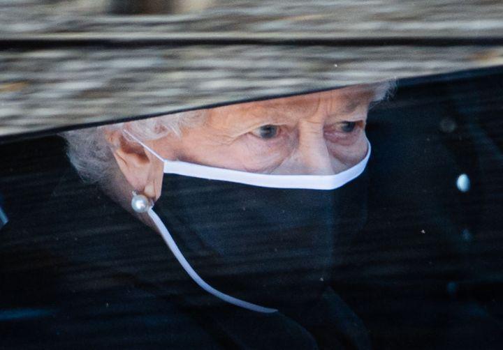 La reina Isabel II el día del funeral por el duque de Edimburgo