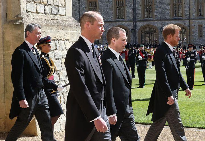 Los príncipes Harry y Guillermo en el funeral por su abuelo.