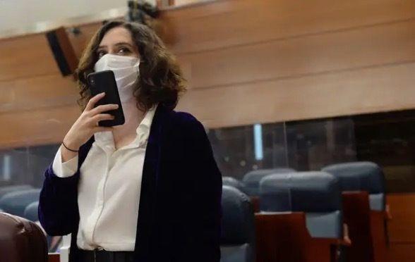 Isabel Díaz Ayuso manda una nota de