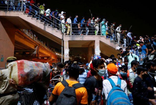 19 Απριλίου. Καθώς η κυβέρνηση της Ινδίας εξέδωσε διαταγή για 6ήμερο γενικό lockdown, εργάτες - κυρίως μετανάστες - μετακινούτναι μαζικά στον κεντρικό σταθμό των λεωφορείων, με αποτέλεσμα συνωστισμό που ευνοεί περαιτέρω τη μετάδοση του ιού. REUTERS/Adnan Abidi