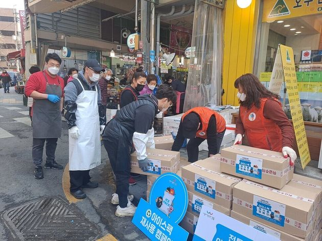 올해 3월 강동구가 구 내에서 수거한 아이스팩을 암사시장 상인들에게 무료로 나눠주고
